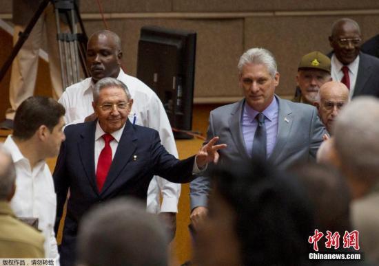 地面时间4月18天,古巴新一到全国全民政权代表大会正式开,古巴国务委员会第一副主席兼部长会议第一副主席米格尔・迪亚斯-卡内尔,于举国上下全民政权代表大会会议达到给正式提名为国务委员会主席。希冀为古巴现任劳尔・卡斯特罗(左)同米格尔・迪亚斯-卡内尔(右)。