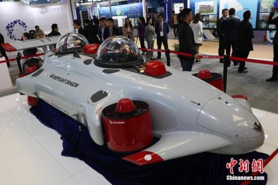 """4月19日,第六届中国(上海)国际技术进出口交易会在上海世博展览馆举行。本届上交会期间,无人驾驶、胶囊机器人、人工智能和生物医药等领域内的新技术、新产品将集中亮相。除此之外,上交会还通过整合海内外科技力量和创新成果,积极促进技术贸易发展,打通技术贸易的""""最后一公里""""。中新社记者 张亨伟 摄"""