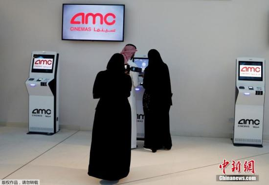 尽管这场电影首映式只面向供受邀观众观看,但对于大多数沙特人来说,这标志着国家几十年以来最明显的变革时刻之一,也被视为是沙特阿拉伯新时代的一部分。图为沙特民众在电影院购票观影。