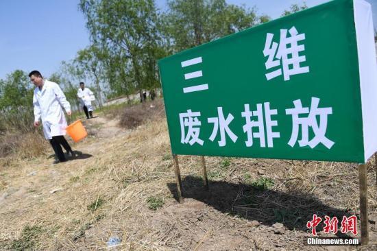 当地环保部门工作人员对该企业的废水排放进行抽样检查。武俊杰 摄