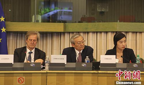 图中为张明,左一为欧洲议会对华关系代表团团长乔・莱恩。&#10;<a target='_blank' href='http://www-chinanews-com.shalinagencies.com/'>中新社</a>记者 德永健 摄