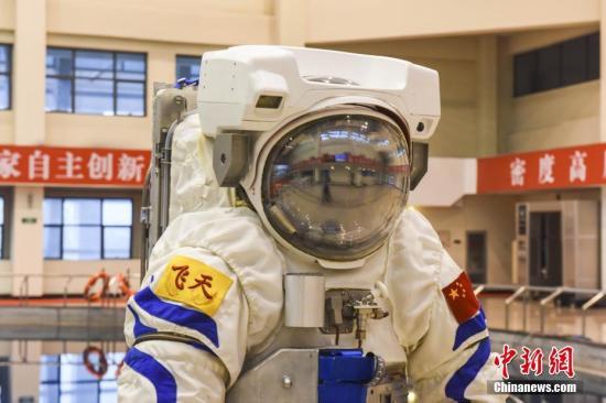 """资料图:中国空间站""""飞天""""水下训练服首次亮相。 发 陈亚超 摄"""