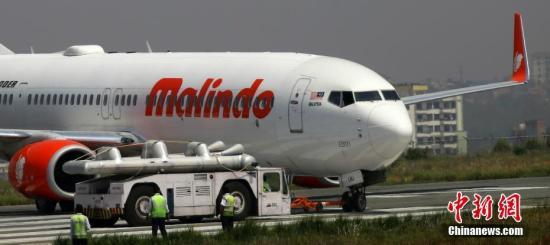 4月19日深夜,一架载有139名乘客的马印航空公司(Malindo Air)客机在尼泊尔加德满都特里布文国际机场起飞时冲出跑道。图为20日上午,正在作业的工作人员。 <a target='_blank' href='http://www.chinanews.com/'>中新社</a>记者 张晨翼 摄