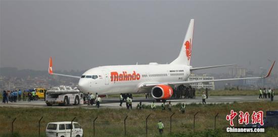 4月19日深夜,一架载有139名乘客的马印航空公司(Malindo Air)客机在尼泊尔加德满都特里布文国际机场起飞时冲出跑道。图为该架飞机正在被拖离草坪。4月20日12时,该机场重新开放。 <a target='_blank' href='http://www.chinanews.com/'>中新社</a>记者 张晨翼 摄