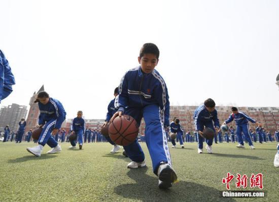 资料图:篮球是年轻人中非常流行的运动。 张瑶 摄