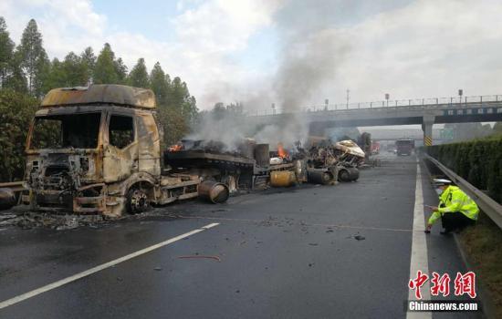 资料图:4月21日,大广高速公路发生一起三辆半挂车追尾、刮撞交通事故。孙鹏 摄。 孙鹏 摄