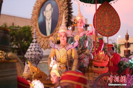 资料图片:泰国政府在曼谷举办花车巡游活动,庆祝却克里王朝在曼谷建都236周年,11支花车巡游队伍所经之处,吸引众多市民、游客观看、拍照,气氛热烈。此次系列庆祝活动将持续至本月25日。中新社记者 王国安 摄
