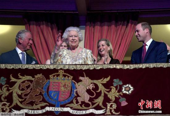 英国女王伊丽莎白二世92岁生日时,与家人一起度过。
