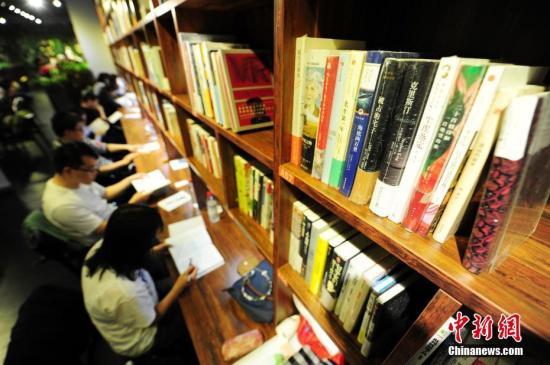 4月22日,世界读书日前夕,在山西太原一商场书店内,一场阅读马拉松比赛拉开帷幕。