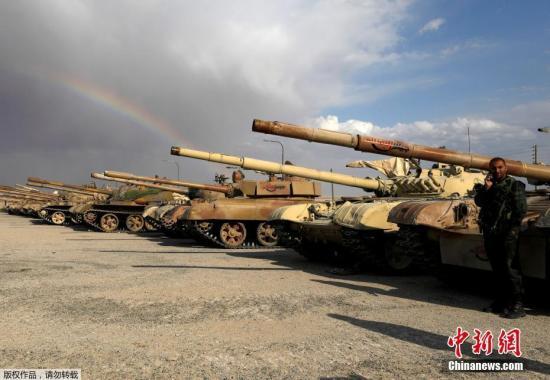 当地时间4月22日,在叙利亚大马士革杜迈尔,,政府军士兵查看反对派武装向政府军移交的武器。在与政府将达成新的协议以后,反对派武装人员从东卡拉蒙地区撤离。