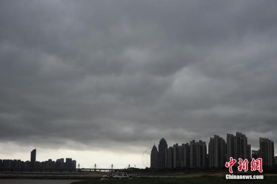 资料图:降雨前乌云密布。 刘占昆 摄