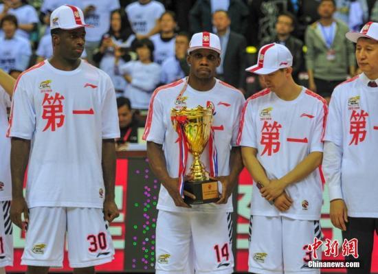 资料图:哈德森获得MVP奖杯。 <a target='_blank' href='http://www.chinanews.com/'>中新社</a>记者 于海洋 摄
