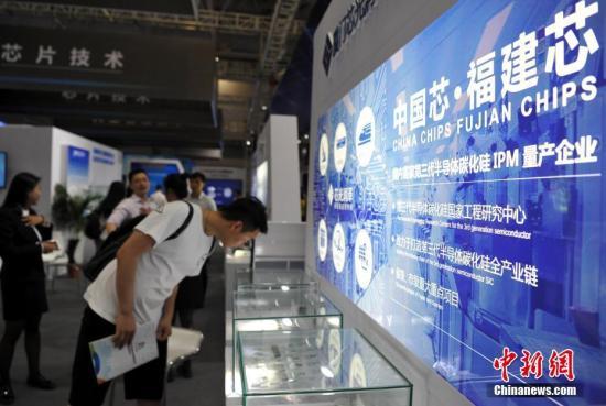 4月22日,民众在展会上了解参展商展示的芯片。当日,首届数字中国建设成果展览会对民众开放,吸引了许多市民前来观展。 中新社记者 张斌 摄
