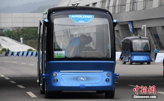 """4月22日,无人驾驶巴士""""阿波龙""""载着乘客行驶在路面上。<a target='_blank' href='http://www.chinanews.com/'>中新社</a>记者 张斌 摄"""