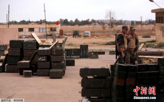 当地时间4月22日,在叙利亚大马士革杜迈尔,政府军士兵查看反对派武装向政府军移交的武器。在与政府将达成新的协议以后,反对派武装人员从东卡拉蒙地区撤离。