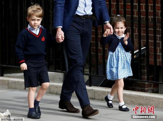 威廉王子带着乔治王子和夏洛特公主抵达圣玛丽医院。
