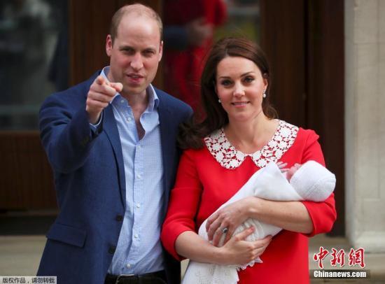 当地时间2019-08-18,英国凯特王妃诞下第三胎,小王子重3.8公斤。图为凯特王妃与威廉王子抱娃亮相, 一身红衣喜庆十足。