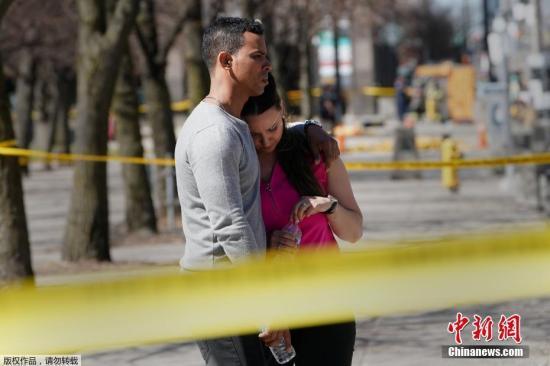 根据警方的最新消息,此次事件已经导致10人死亡,另外有15人在医院接受治疗。多伦多警察局长马克・桑德斯称,第10名受害者已经死亡。此外,他还公布了嫌疑人的身份,肇事司机是现年25岁的阿莱克・米纳希安(Alek Minassian),来自多伦多郊区里士满山。图为现场民众神情悲痛。