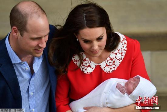 当地时间2018年4月23日,英国凯特王妃诞下第三胎,小王子重3.8公斤。图为凯特王妃与威廉王子抱娃亮相, 一身红衣喜庆十足。