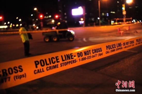 加拿大第一大城市多伦多当地时间4月23日午后发生一起汽车冲撞行人案件。截至当晚10时,已有10人罹难、15人受伤。图为当晚在事发现场附近,警方在周围多个路口拉起的警戒线仍未撤除,封路范围延伸超过1公里,行人与车辆的出入受到严格限制。目前肇事司机已被捕,但当局尚未确定这是否是一起恐怖袭击事件。<a target='_blank' href='http://www-chinanews-com.coachalgreen.com/'>中新社</a>记者 余瑞冬 摄