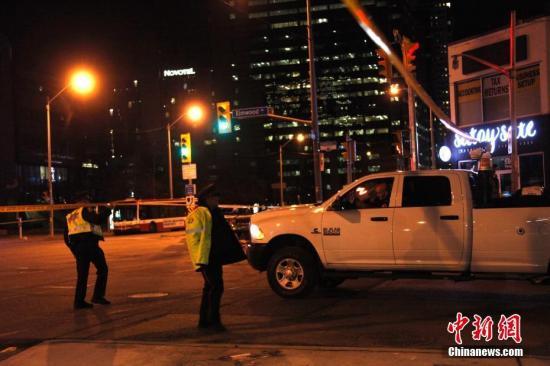 加拿大第一大城市多伦多当地时间4月23日午后发生一起汽车冲撞行人案件。截至当晚10时,已有10人罹难、15人受伤。图为当晚在事发现场附近,警方在周围多个路口拉起的警戒线仍未撤除,封路范围延伸超过1公里,行人与车辆的出入受到严格限制。目前肇事司机已被捕,但当局尚未确定这是否是一起恐怖袭击事件。<a target='_blank' href='http://www-chinanews-com.xenonreplacement.com/'>中新社</a>记者 余瑞冬 摄