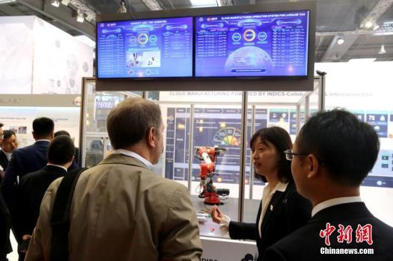 当地时间4月23日,全球规模最大的工业展会汉诺威工业博览会在德国汉诺威开幕。图为中国首个工业互联网云平台―航天科工INDICS工业互联网平台当天吸引国际客商关注。/p中新社记者 郭泰 摄
