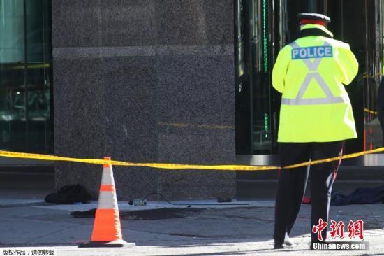 """当地时间4月23日,加拿大多伦多发生汽车撞人事件。加拿大警方称,该事件导致9人死亡,16人受伤。据外媒报道,嫌犯已被捕。目前,事故原因以及伤者的伤势仍不清楚。多伦多消防局在社交网站发文称,这个事故""""骇人听闻""""。有现场目击者称,,事发时,曾有人朝着该货车司机大喊""""停下来"""",不过,该司机""""并没那样做,仍然继续开车""""。一位当地的执法官员称,这起事件是一场蓄意行动。图为当地警方封锁事发现场。"""