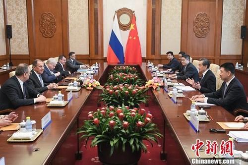 4月23日,中国国务委员兼外交部长王毅在北京与俄罗斯外长拉夫罗夫举行会谈。中新社记者 崔楠 摄