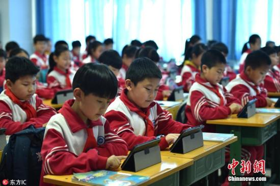 资料图:小学生用平板电脑上课。图片来源:东方IC 版权作品 请勿转载