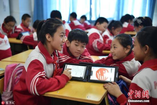 """资料图:""""智慧课堂""""大大提高了课堂互动能力和效率。图片来源:东方IC 版权作品 请勿转载"""