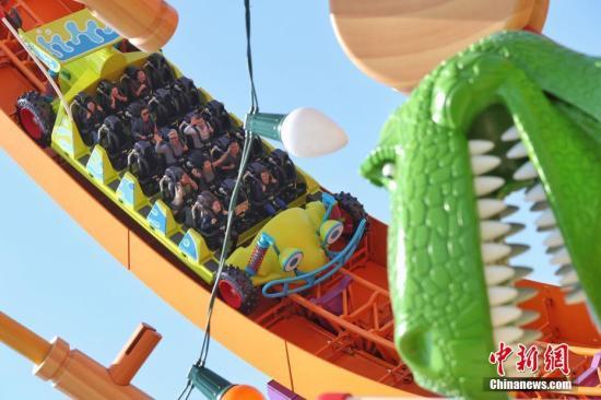 """4月26日,上海迪士尼度假区迎来了乐园的第七个主题园区""""迪士尼・皮克斯玩具总动员""""主题园区全新开幕。据了解,新园区包括三个全新的景点――弹簧狗团团转、抱抱龙冲天赛车和胡迪牛仔嘉年华,一个独特的与迪士尼朋友见面的主题区域――友情驿站,以及提供沉浸式购物和餐饮体验的艾尔玩具店和玩具盒欢宴广场。图为游客在园区内游玩。<a target='_blank' href='http://www.chinanews.com/'>中新社</a>记者 张亨伟 摄"""