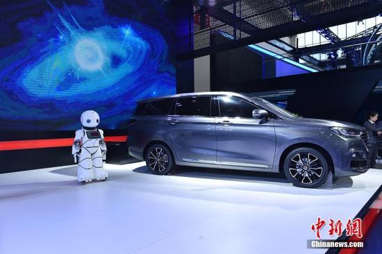 """4月25日,2018北京国际汽车展览会在北京拉开帷幕,在车展上你不仅可以看到最新款车型、配置、外观、内饰等情况,许多商家带来了智能机器人""""站台""""引参观者驻足体验。 中新网记者 翟璐 摄"""