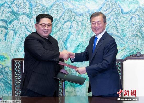 韩朝两国首脑宣布,停止一切针对对方的敌对行为。宣言中称,从5月1日开始,在军事分界线一带,停止扩音器、散发传单等所有敌对行为。图为签署仪式现场。
