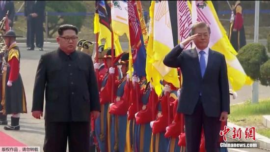 当地时间4月27日上午9时30分(北京时间8时30分),朝鲜最高领导人金正恩从板门店跨越军事分界线,与韩国总统文在寅握手,实现初次会面。(视频截图)