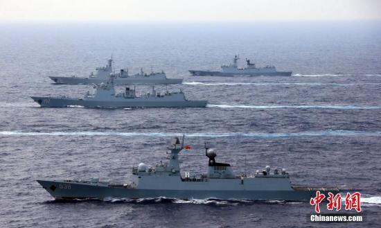 4月26日,中国海军辽宁舰航母编队圆满完成远海实兵对抗训练,返回青岛航母军港。在连续十多天高强度和高难度的实兵对抗演练中,航母编队体系作战能力得到进一步强化、提升和检验。图为4月18日,海军新型战舰驰骋南海。中新社发 张雷 摄