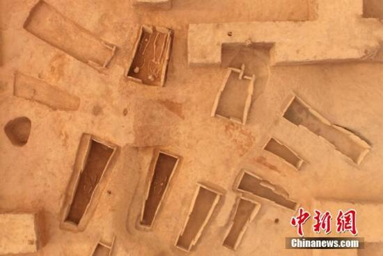 考古人员在乌东德水电站(四川)的8个文物点发掘石棺葬335座