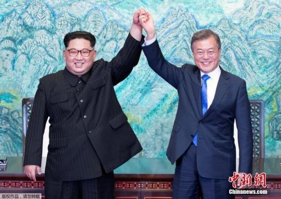 当地时间4月27日下昼,韩朝领导人在经过镇日座谈后签定制定,共同签定《板门店宣言》,并在和平之家外举走发布会。图为签定仪式现场。