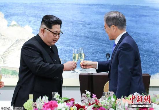 文在寅(右)在席间致祝酒词并提议干杯,金正恩(左)致答词并敬酒干杯。图为晚宴现场。