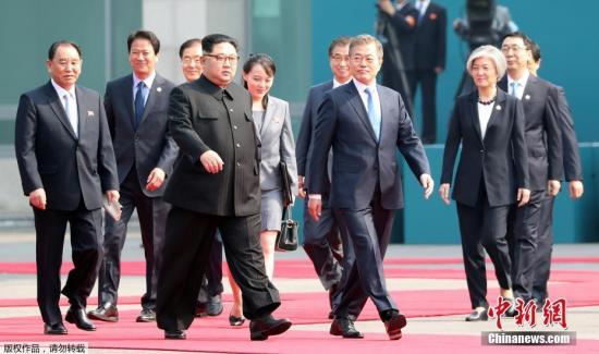 资料图:当地时间4月27日上午9时30分(北京时间8时30分),朝鲜最高领导人金正恩从板门店跨越军事分界线,与韩国总统文在寅握手,实现初次会面。