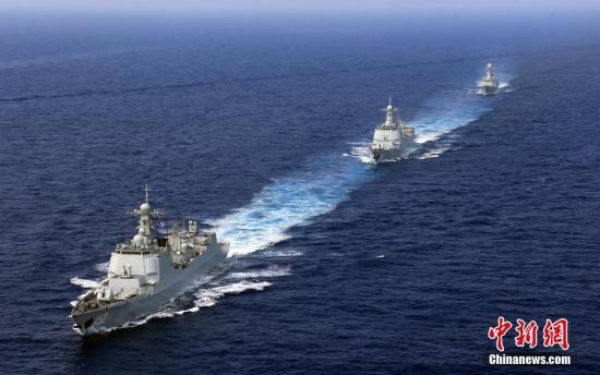 4月26日,中国海军辽宁舰航母编队圆满完成远海实兵对抗训练,返回青岛航母军港。在连续十多天高强度和高难度的实兵对抗演练中,航母编队体系作战能力得到进一步强化、提升和检验。图为4月18日,新型驱逐舰编队航行在南中国海。中新社发 张雷 摄