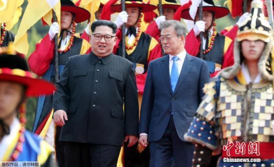 当地时间4月27日上午9时30分(北京时间8时30分),朝鲜最高领导人金正恩从板门店跨越军事分界线,与韩国总统文在寅握手,实现初次会面。图为金正恩检阅了韩军传统仪仗队,仪仗队演奏韩民族传统歌曲《阿里郎》。