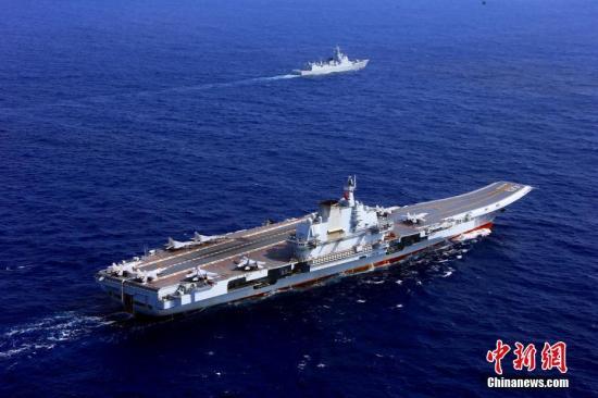4月26日,中国海军辽宁舰航母编队圆满完成远海实兵对抗训练,返回青岛航母军港。在连续十多天高强度和高难度的实兵对抗演练中,航母编队体系作战能力得到进一步强化、提升和检验。图为4月18日,辽宁舰。<a target='_blank' href='http://www.chinanews.com/'>中新社</a>发 张雷 摄