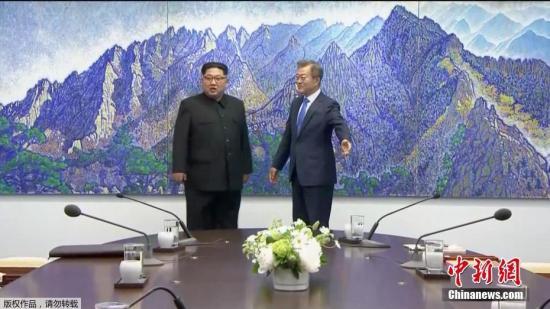 """当地时间4月27日上午,韩国总统文在寅与朝鲜最高领导人金正恩在板门店韩方一侧""""和平之家""""正式举行首脑会谈。(电视截图)"""