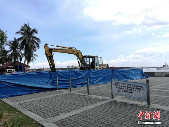 """位于菲律宾首都马尼拉市罗哈斯大道的""""慰安妇""""雕像4月27日深夜遭不明人士强行拆除。据悉,今年4月20日,一辆挖掘机突然停在""""慰安妇""""雕像后面,引起菲律宾市民和媒体的关注。当时华社人士向多个政府部门查询,但政府部门互相推诿,无人说得出是谁派遣的。直至4月27日深夜,挖掘机突然动工拆除雕像。图为4月28日,""""慰安妇""""雕像拆除现场。关向东 摄"""