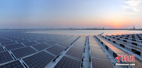 原料图:航拍太阳能水上光伏电站。 张娅子 摄