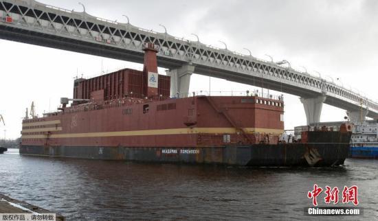 """当地时间2018年4月28日,包含两座核反应堆的俄罗斯首座浮动核电站""""罗蒙诺索夫院士""""号正被拖船拖离圣彼得堡。这座漂浮在水上的核电站也被戏称为""""全球最大移动电源""""。"""