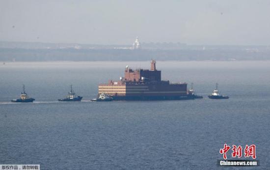 """""""罗蒙诺索夫院士""""号的生产商俄罗斯Baltiysky船厂表示,其安全标准不亚于陆地上的核电站,有多重措施防止核泄漏,能在海啸等其他自然灾害情况下,保证反应堆的安全,寿命可达35-40年。"""