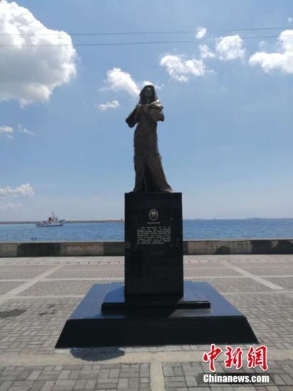"""资料图片:位于菲律宾首都马尼拉市罗哈斯大道的""""慰安妇""""雕像。/p中新社记者 关向东 摄"""