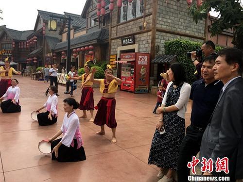 4月28,台湾海峡两岸旅游文化交流运动暨文化传承特色线路方特始发仪式在厦门举办,由百余名来自台中、台北、高雄、嘉义等地的旅游业界人士构成的台湾同胞始发团,前来厦门方特旅游区打开旅游文化交流不益看光运动,身临其境感受其间处处散发出的中华传统文化的稀奇魅力。图为台湾旅游业界人士驻足不益看赏闽南习惯外演。中新社记者 杨伏山 摄