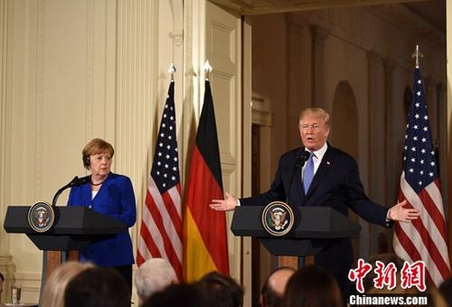 当地时间4月27日,美国总统特朗普在白宫会见来访的德国总理默克尔,并共同会见记者。图为特朗普与默克尔出席联合记者会。/p中新社记者 刁海洋 摄